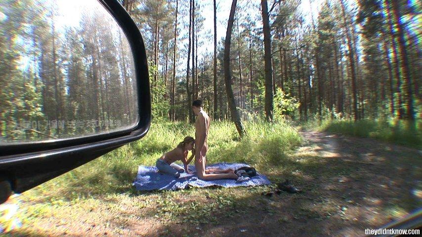Мастурбация Бритой Пизды Молоденькой Девушки В Лесу На Покрывале