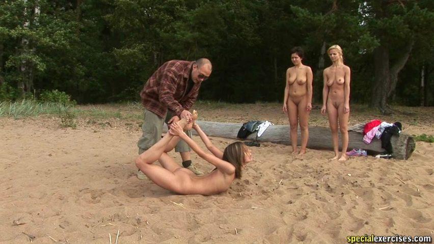 Голые девушки на пляже в раздевалке