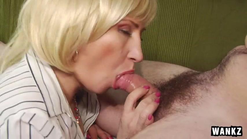 Женушка с заросшей пиздой в чулках берет в рот